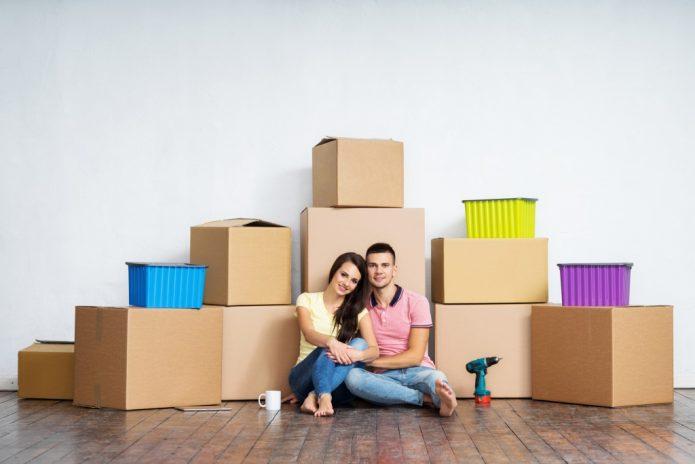 девушка и парень, много коробок, переезд