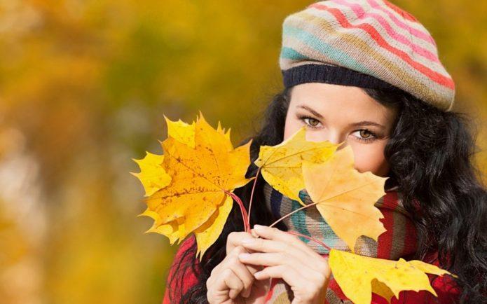девушка в ярком берете, осенние листья