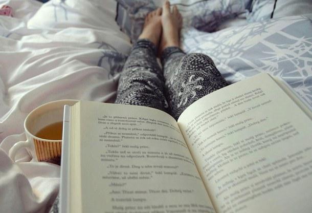 книга, постель, чай