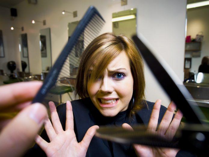 испуганная девушка в парикмахерской, расчёска и ножницы