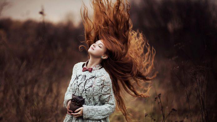 девушка, статуэтка совы, ветер, волосы. осень