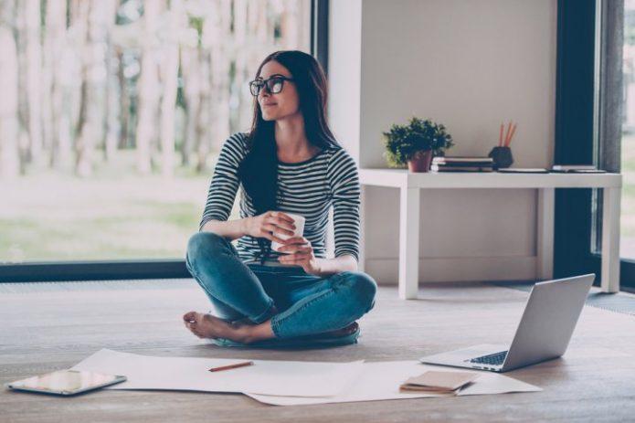 девушка с чашкой, ноутбук, работа, улыбка