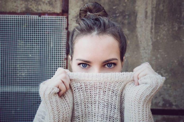девушка прячется в свитере