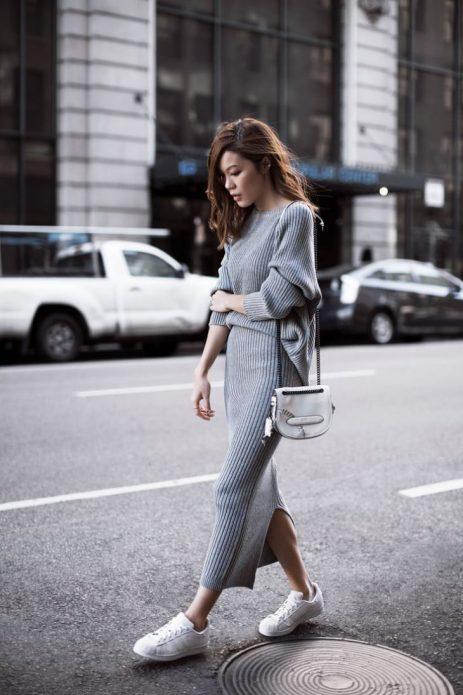 Удлиненное платье с кроссовками