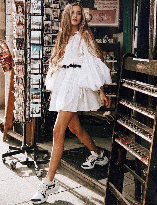 пышное платье с кроссовками