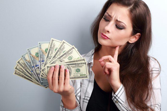 задумчивая девушка с деньгами