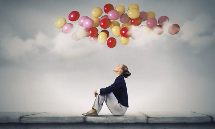 девушка смотрит на воздушные шары