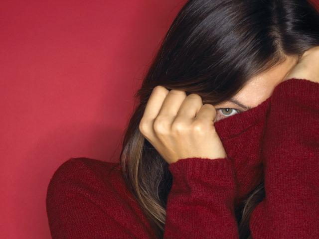 девушка прикрыла лицо свитером