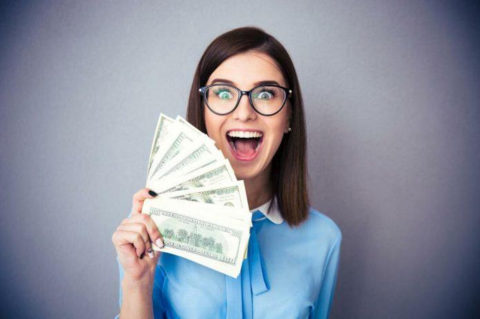 радостная девушка с деньгами