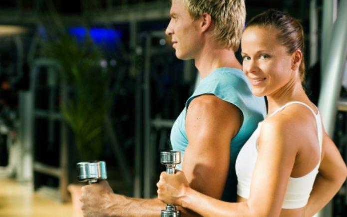 девушка и парень с гантелями, фитнес, спорт