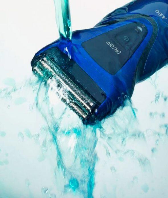 Водонепроницаемый триммер под струёй воды