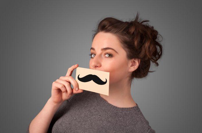 Девушка с картинкой усов