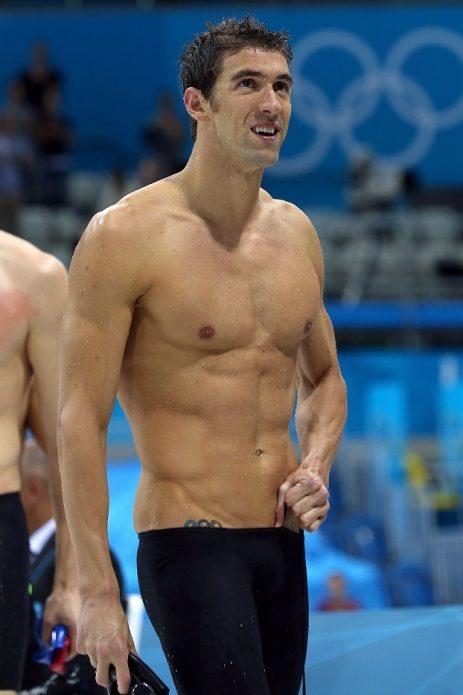 Пловец с гладкой кожей груди, подмышек и бикини