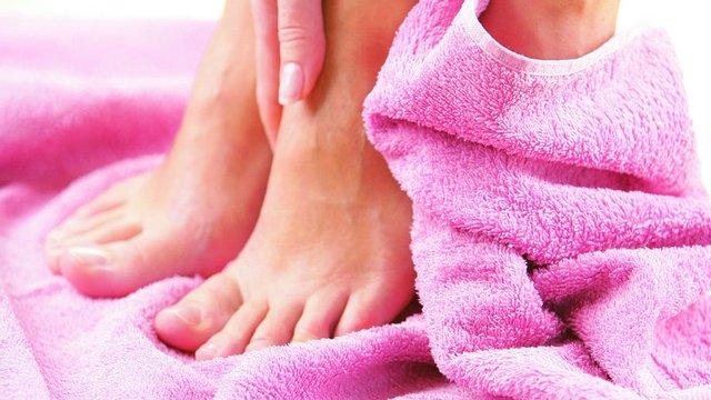 вытирание ног полотенцем после процедуры бритья