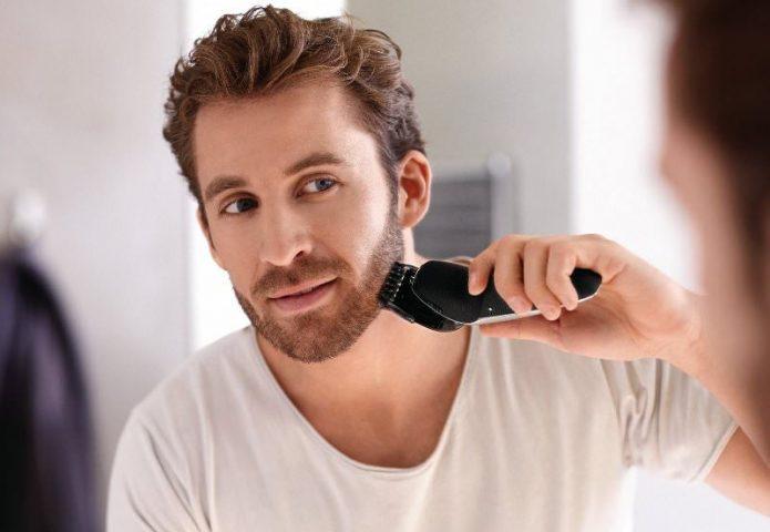 Мужчина бреется бритвой