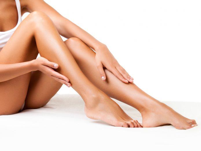 идеально гладкая кожа ног после процедуры энзимной эпиляции