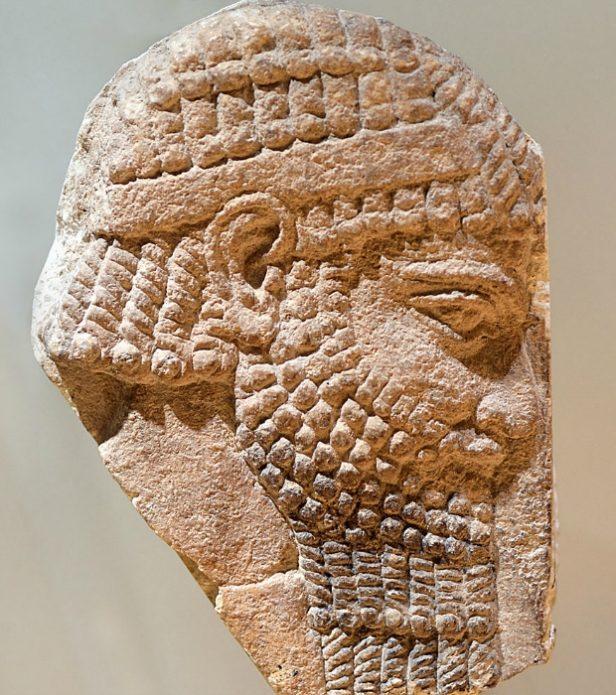 Каменный барельеф мужчины с бородой