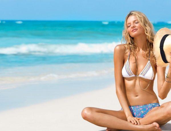 счастливая девушка на пляже