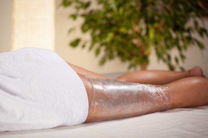 ноги пациентки, обёрнутые пленкой