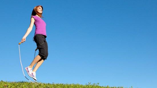 Девушка прыгает со скакалкой