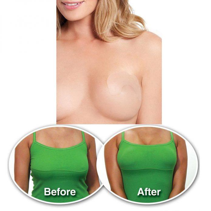 Девушка с наклейкой, помогающей подтянуть грудь, фото до и после