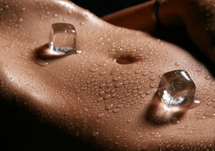 Кубики льда на животе помогает поднять кожу живота после похудения