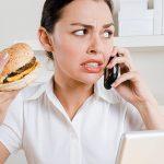 Девушка нервничает и ест