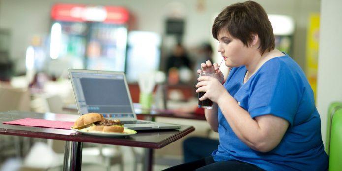 Девушка с лишним весом за столом