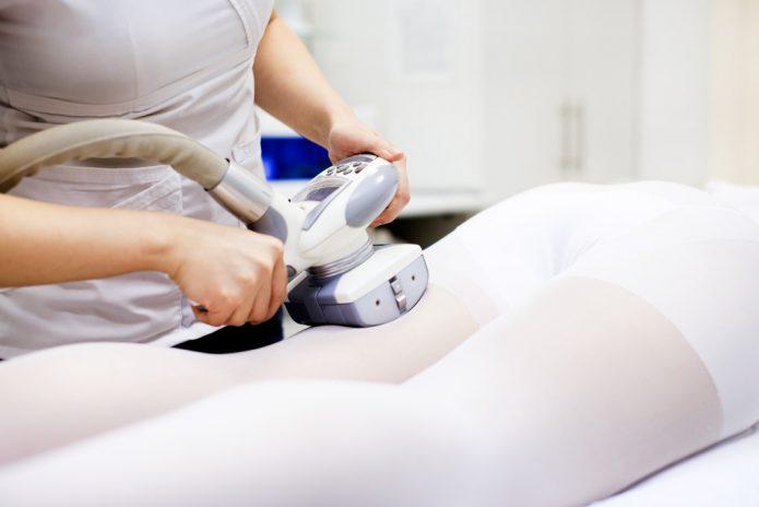 Проведение процедуры LPG-массажа бёдер