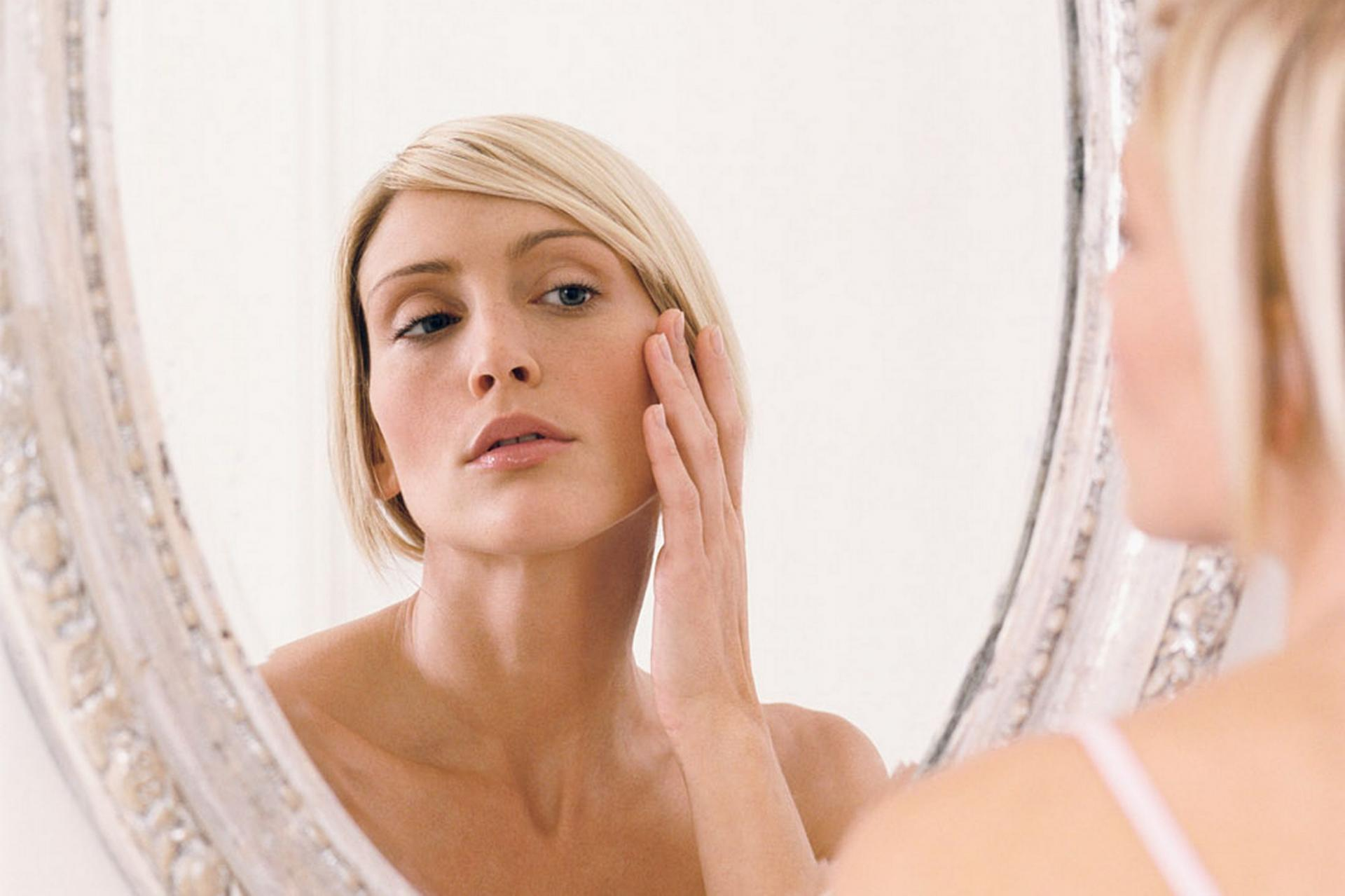 Картинка женщина смотрящая в зеркало