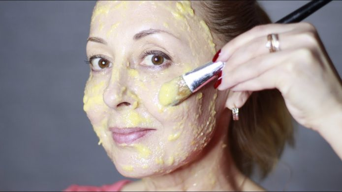 Нанесение картофельной маски на лицо