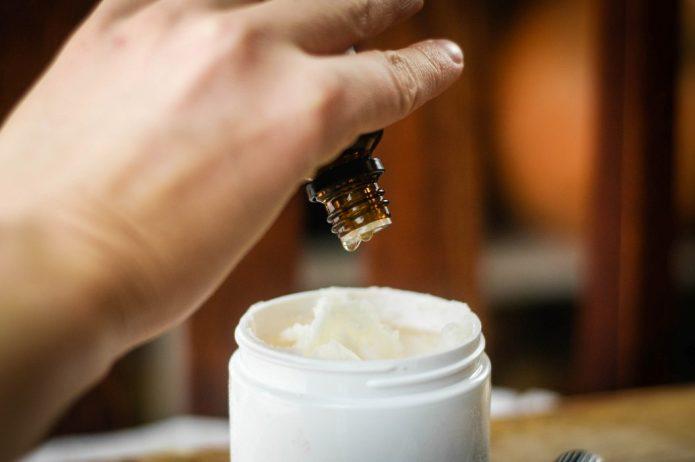 Добавление эфирного масла в крем