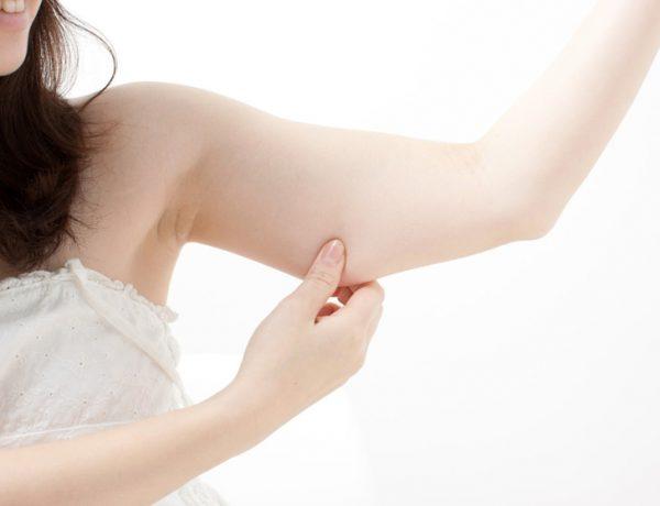 Девушка оттягивает кожу на руке