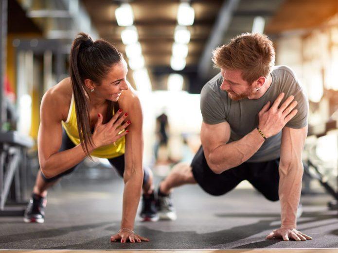 мужчина и женщина занимаются фитнесом