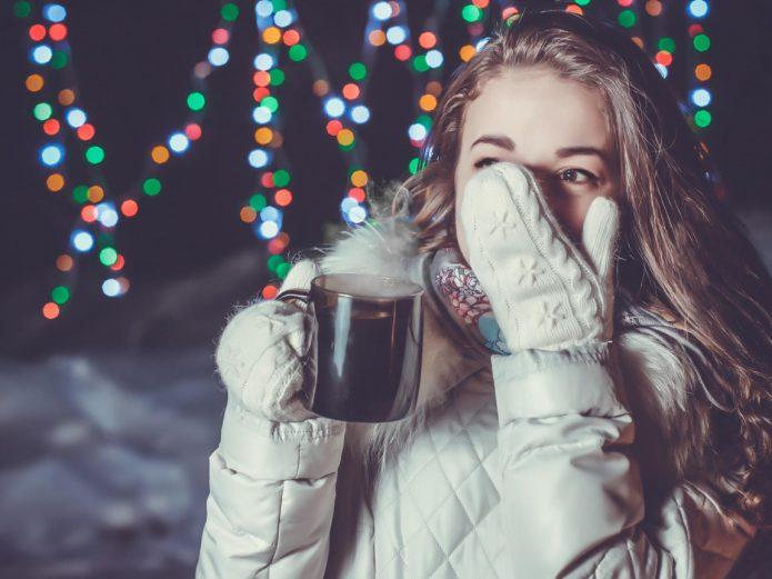 девушка с чашкой, варежки, зима, иллюминация