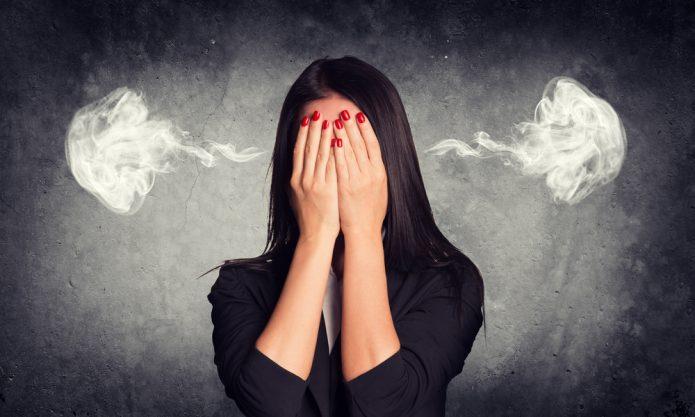 девушка закрыла лицо руками, пар из ушей