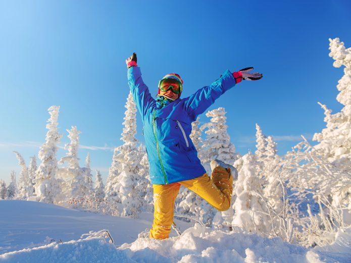 девушка в спортивном костюме, зима, солнце, небо