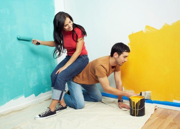 девушка и парень красят стены, ремонт