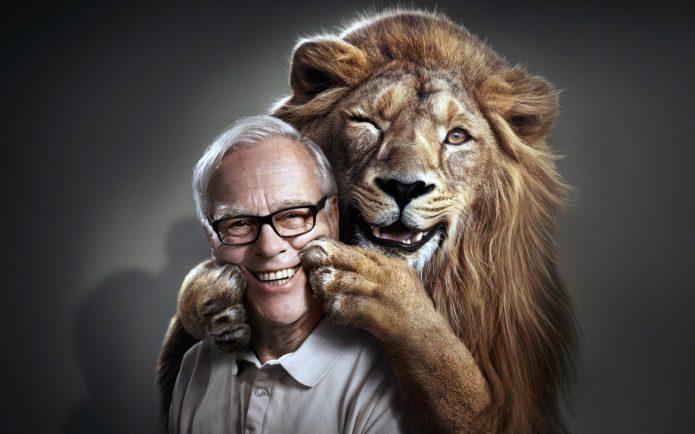 Улыбающийся лев помогает улыбаться человеку