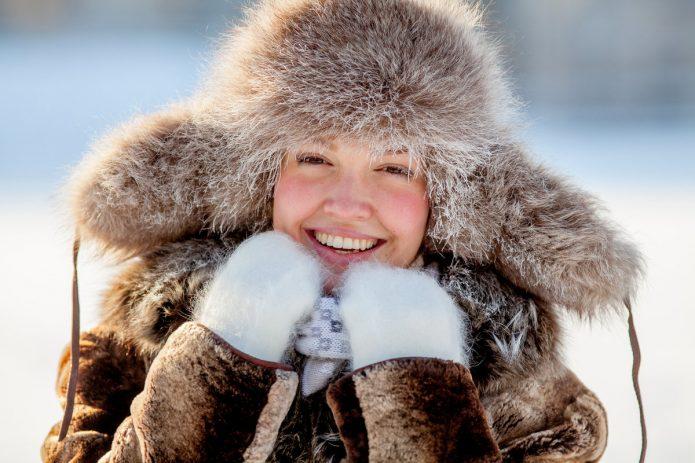 девушка в меховой шапке и варежках, улыбка, зима