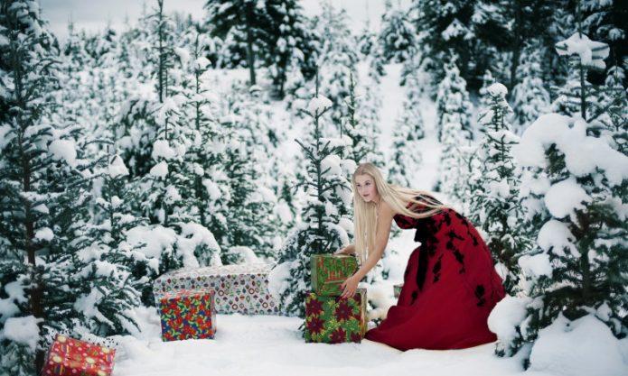 зимний лес, девушка с новогодними подарками