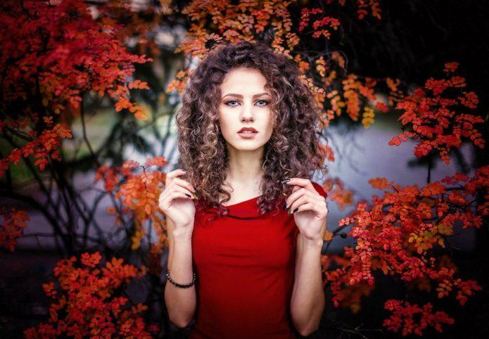 девушка в красном, осень