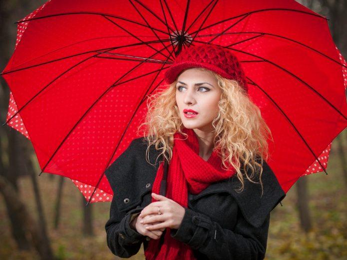 девушка с красным зонтом осенью