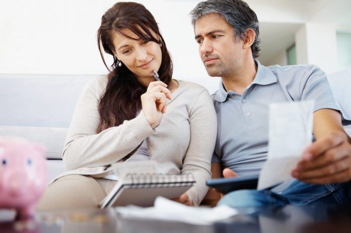 Женщина и мужчина пишут список