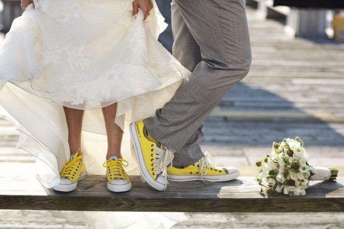Свадебная фотосессия с желтыми кедами