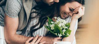 Заботливый парень дарит девушке цветы