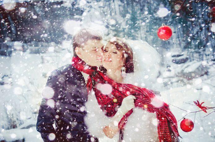 влюблённые, новогодние шары, снег