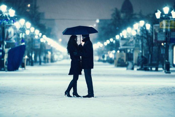 влюблённые под зонтом, снег, вечерняя улица, фонари