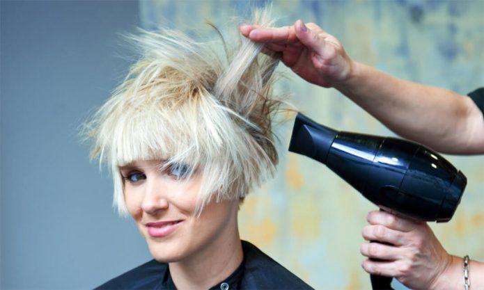 девушка в парикмахерской, фен, укладка