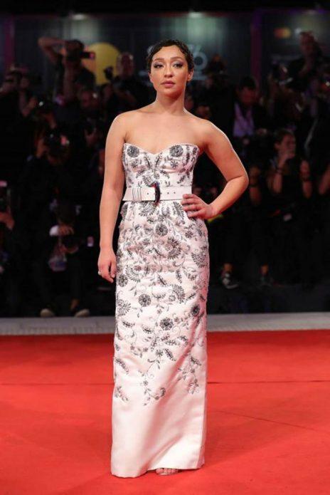 Рут Негга в платье Louis Vuitton